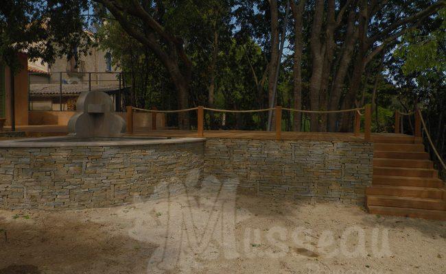 Fontaine avec muret en pierres sèches